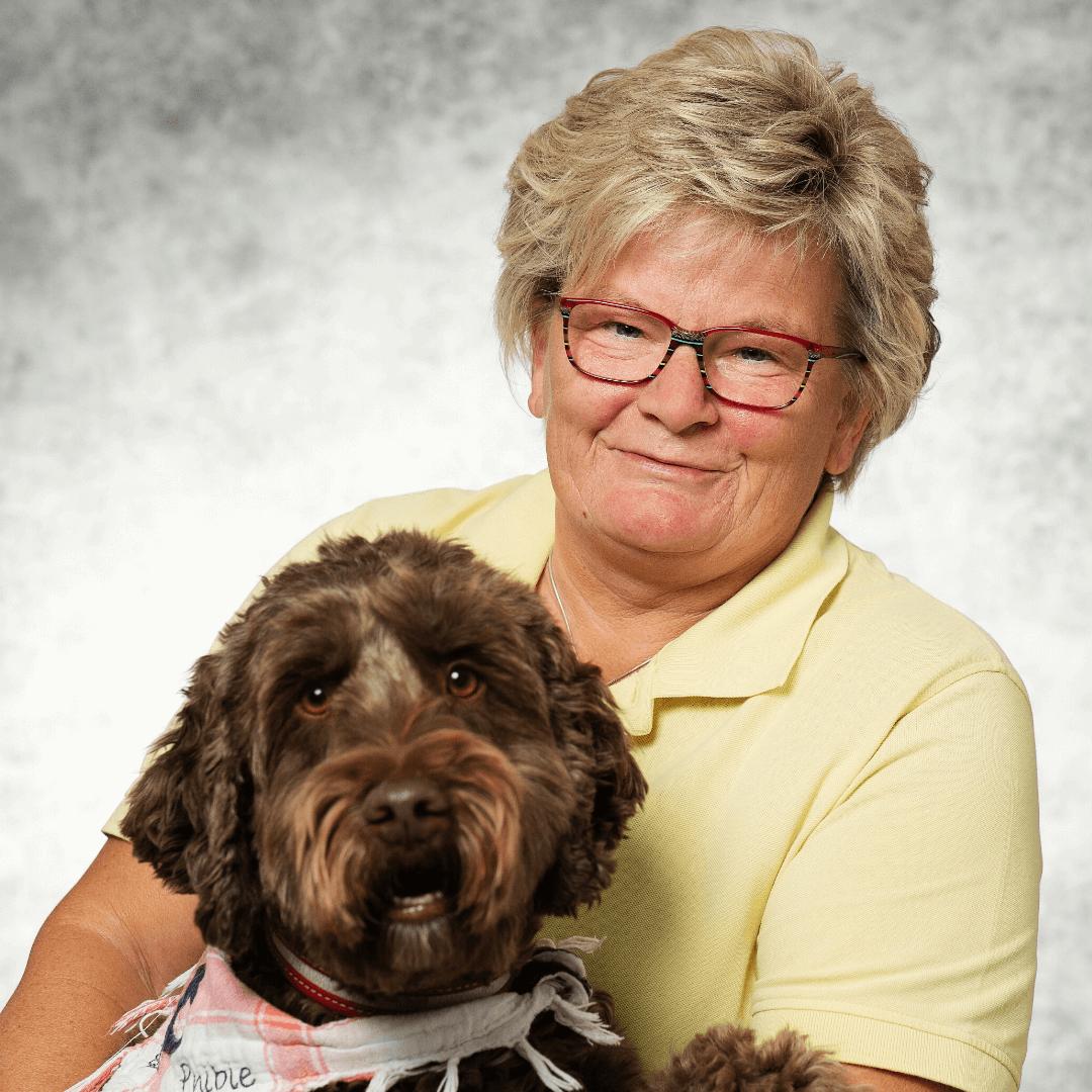 Pflegedienst Susanne Tingelhoff mit Hund im Arm
