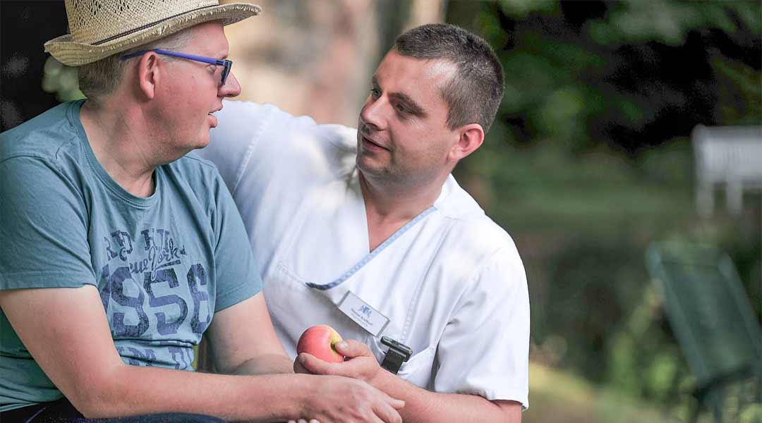 Pfleger und Patient im Gespräch