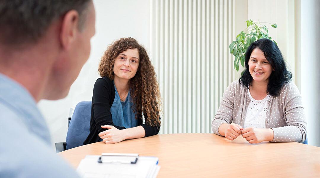 Psychologie Austausch und Übung im Team am runden Tisch