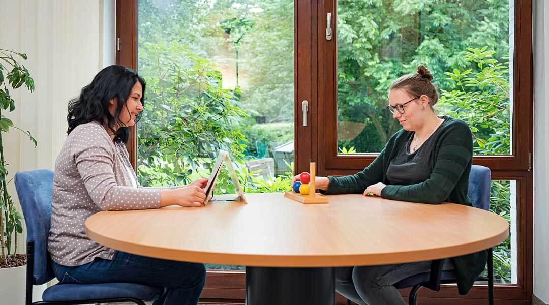 Psychologie gemeinsames Gespräch und Übungen am Tisch