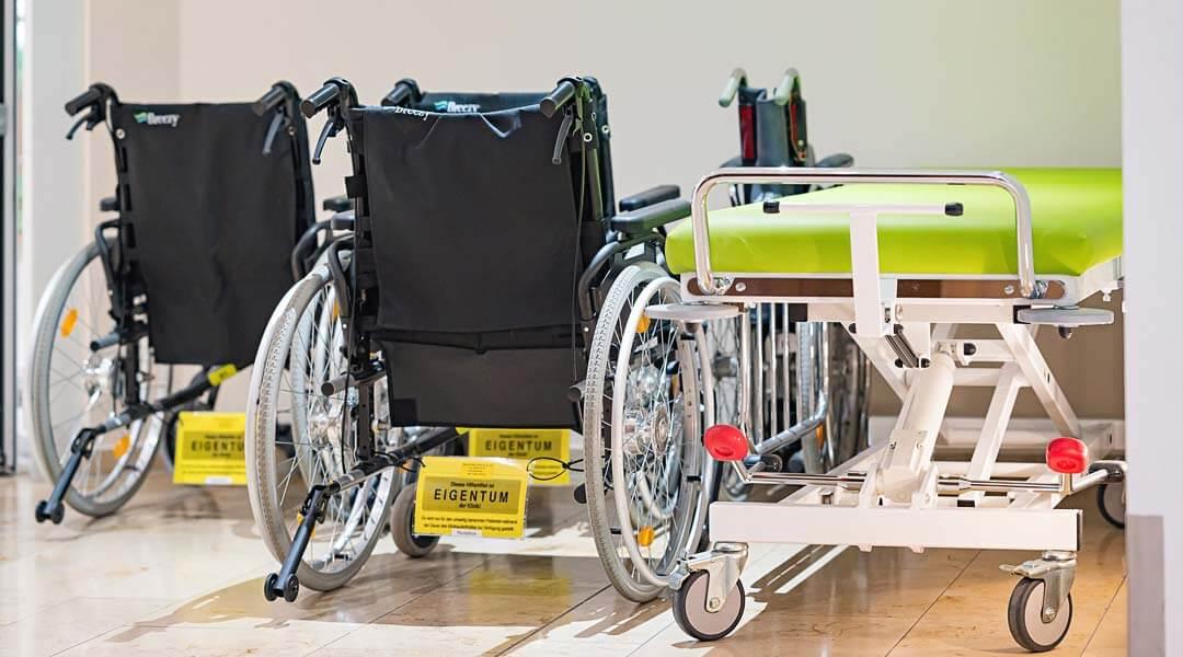 Rollstühle und Pflegebett aus der Marcus Klinik