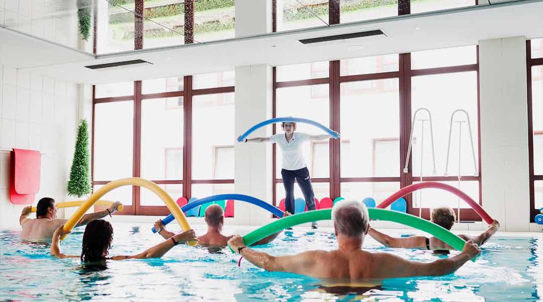 Sporttherapie im Bewegungsbad mit Poolnudeln