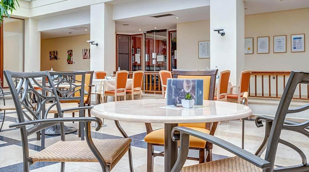 Tisch in der Cafeteria der Marcus Klinik
